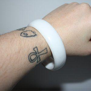 Vintage white chunky plastic bangle bracelet